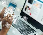 Person mit Handy, Laptop und Geldsymbolen